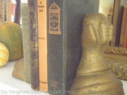 Use old books to decorate Halloween